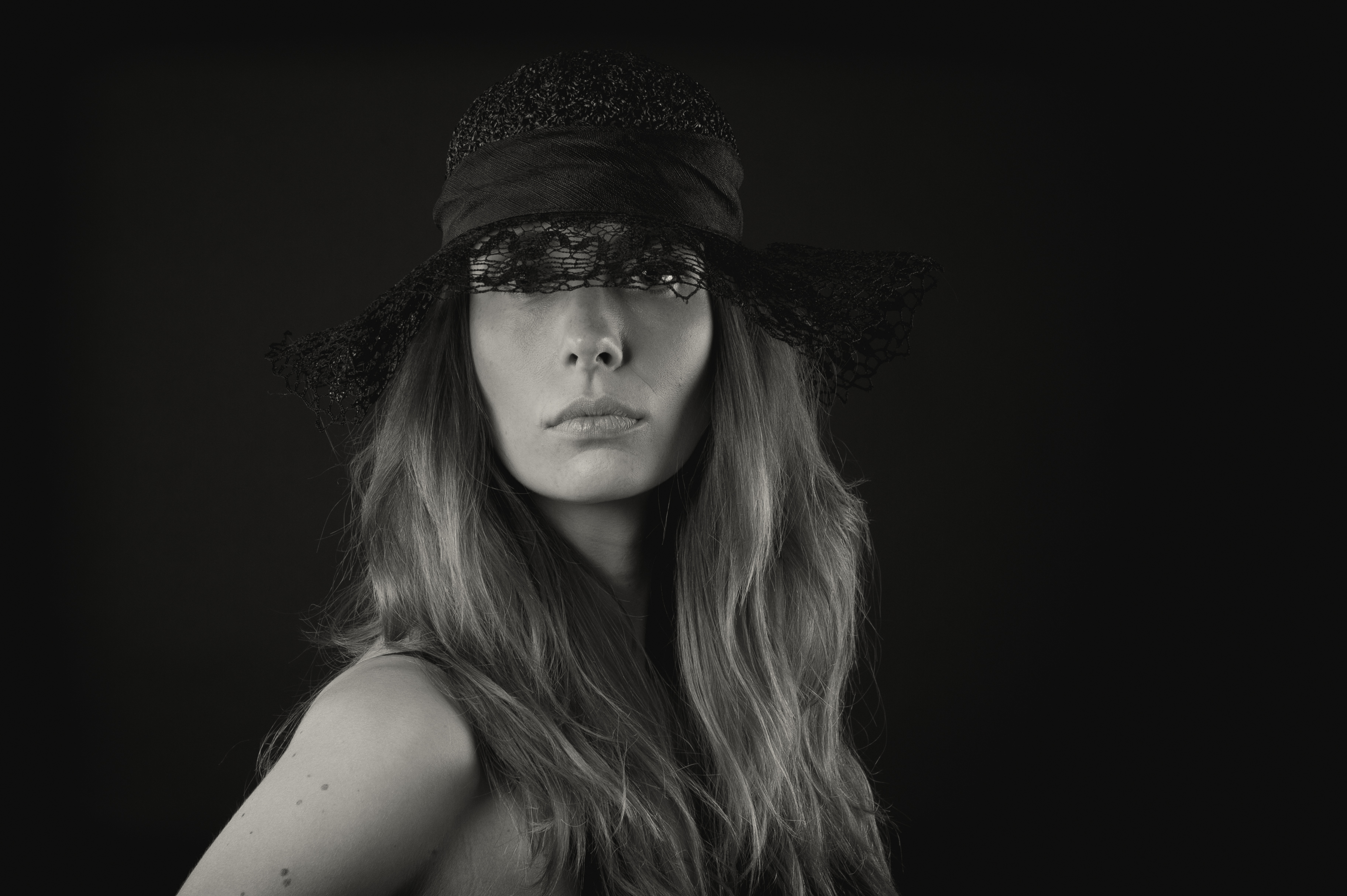 Lone Rasmussen Photography, www.lonerasmussenphotography.dk, portræt, portrætfotografi, kvinde, hat, sort-hvid