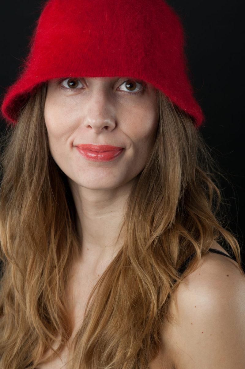 Lone Rasmussen Photography, www.lonerasmussenphotography.dk, portræt, portrætfotografi, hat, rød, smil, kvinde, studie