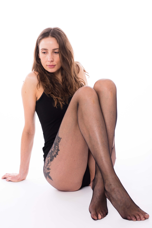 Lone Rasmussen Photography, www.lonerasmussenphotography.dk, portræt, high key, kvinde, lange ben, tatovering