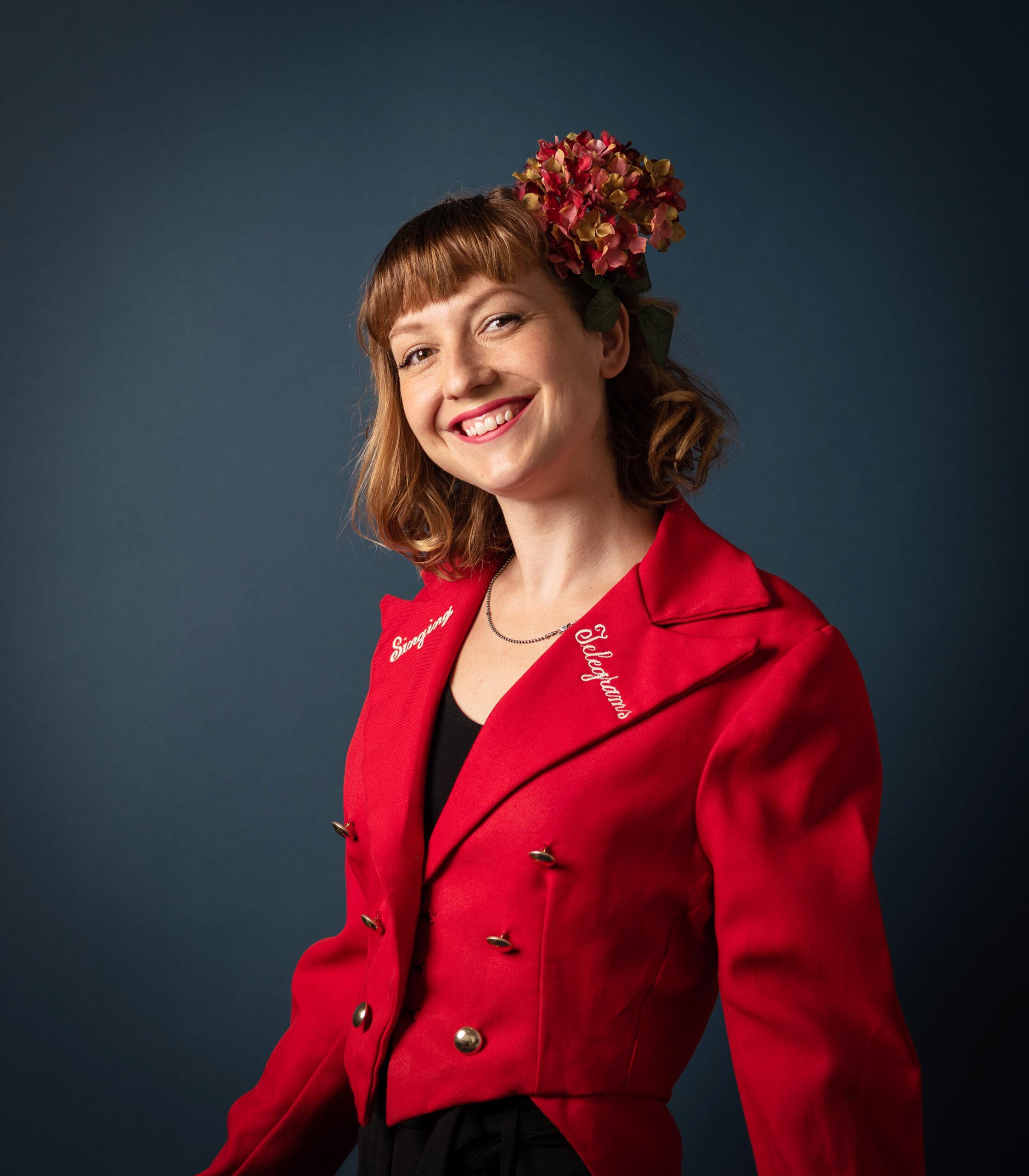 Lone Rasmussen Photography, www.lonerasmussenphotography.dk, Fleur's Singing Telegram, Fleur, blomst i håret, glad pige, smil, portræt, portrætfotografi